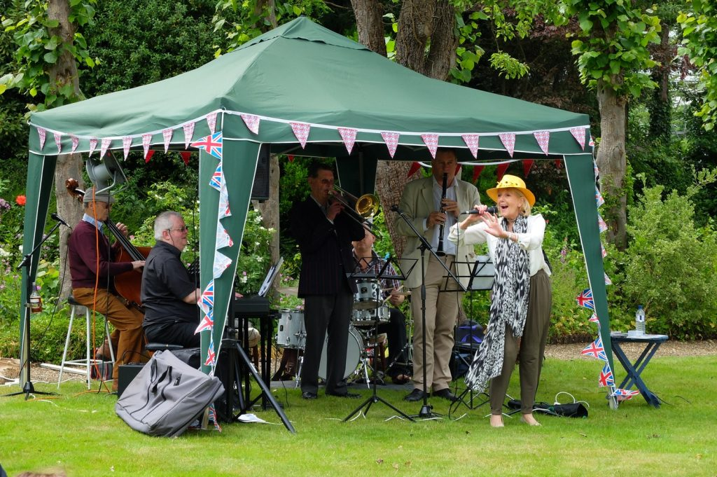 Jazz muscians performing on the main lawn at Reveley Lodge.
